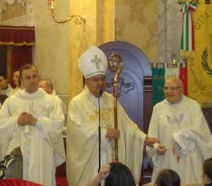 il Cardinale Sepe con il Parroco Don Rino Capasso e il Parroco Emerito Don Giorgio Montefusco