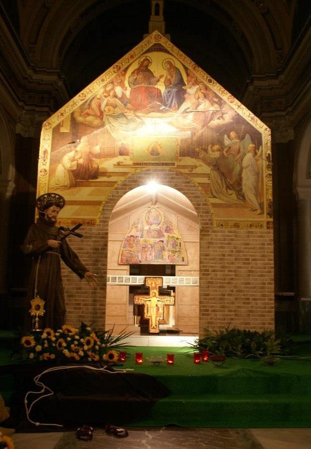 Riproduzione della Porziuncola realizzata nel 2012 presso la Basilica di Afragola. In esterno c'è la settecentesca statua del Santo e la Reliquia.