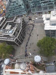 Foto di Cantuale Antonianum che mostra la lunga fila di fedeli fuori la Cattedrale di Londra