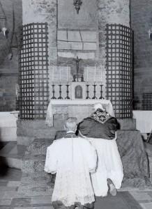 Giovanni XXIII in preghiera alla tomba del poverello di Assisi