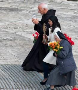 Ida Iadevaia (giovane miracolata) porta sull'altare una Reliquia del Santo